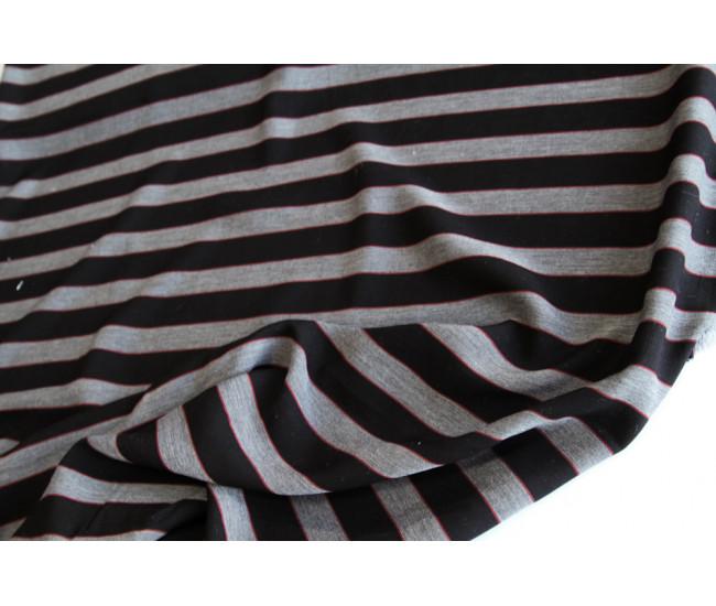 Костюмно-плательная вискоза в полоску,полоска поперек кромки, цвет  черно-серо-красный.